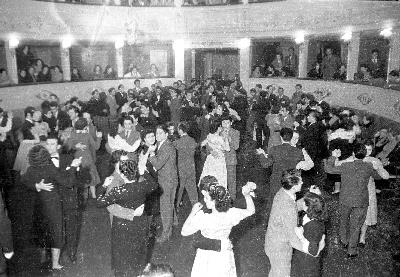 Coppie che ballano in platea (1950) - Coppie che ballano in platea (1950)